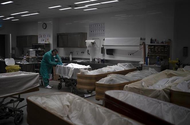 Cadáveres se apilan en funerarias