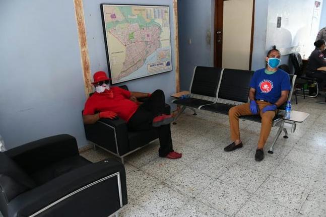 """Detienen a dos """"peregrinos"""" que intentaban llevar una cruz desde Los Alcarrizos hacia el Congreso Nacional"""