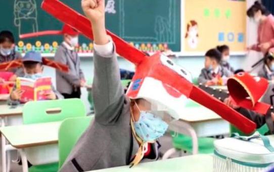 Alumnos chinos vuelven a clases usando sombreros de un metro de ancho para mantener distancia social