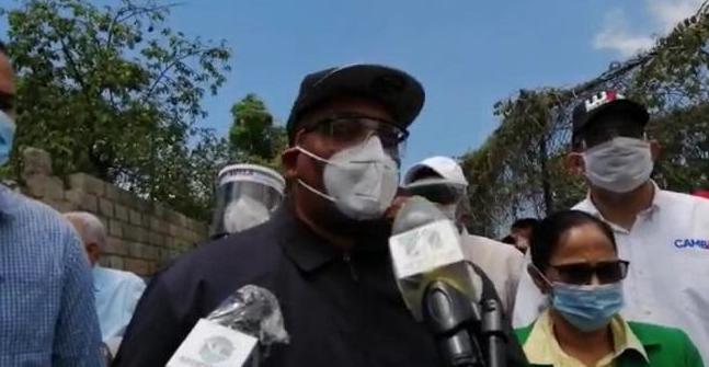 """Alcalde de Santo Domingo Oeste encontró """"1,352 botellas"""" en el cabildo"""