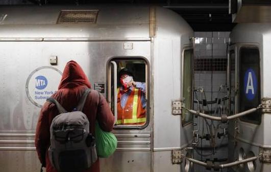 Metro de NY cierra durante madrugada para desinfectar trenes