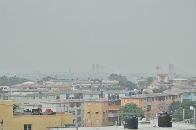 Humo del vertedero de Duquesa invade otra vez al Gran Santo Domingo