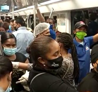 Pánico en el Metro de Santo Domingo. Apiñados como sardinas