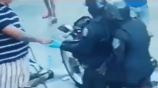 """Video muestra a dos agentes de la Policía cobrando """"peaje"""""""