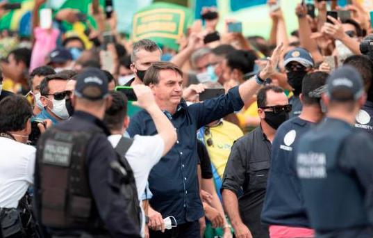 Bolsonaro ignora recomendaciones y se mezcla en manifestación sin mascarilla