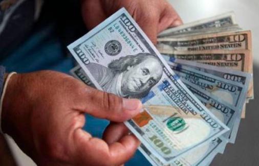 El dólar acaricia la barrera de los 59 pesos en la banca, y se ponen límites de US$300