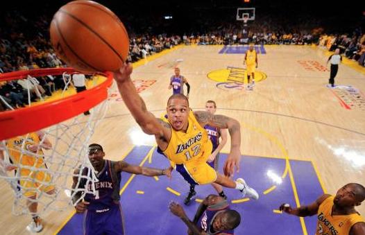 Arrestan a Brown, ex base de los Lakers, por disparar contra dos personas