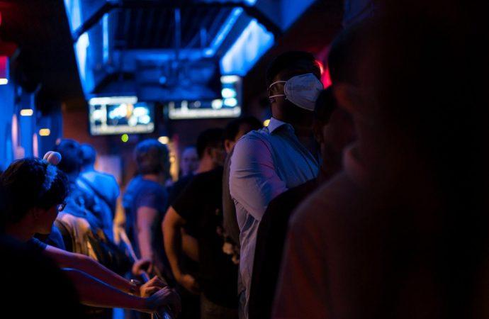Grupo de 16 amigos da positivo a Covid-19 tras visitar bar en Florida