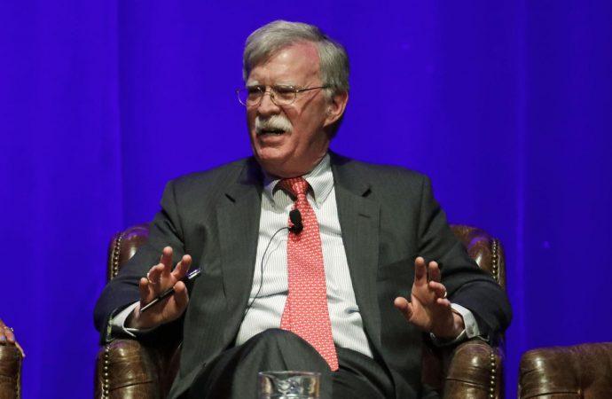 Trump demanda para postergar publicación de libro de Bolton
