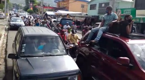 (VIDEO) Sepultan a ritmo de bachata y en medio de una multitud restos de La Soga