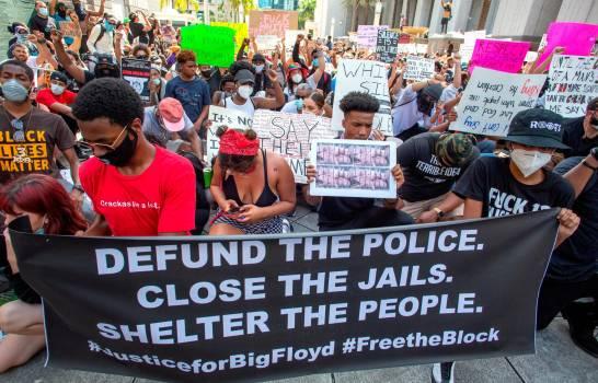 El 64 % de los estadounidenses apoya protestas, según encuesta