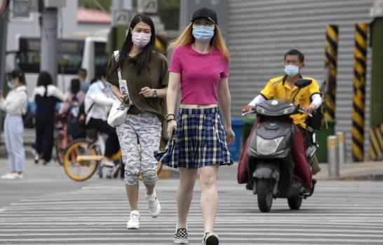 China enfrenta nuevo brote; EEUU debate uso de mascarillas