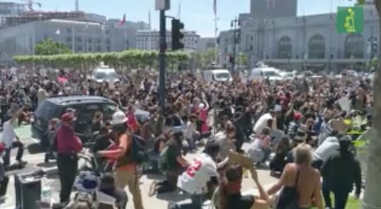 Jamie Foxx y cientos de personas protestan arrodilladas en San Francisco