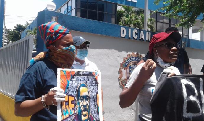 Ana María Belique denuncia Policía protegió grupo impidió protesta contra racismo y la arrestó a ella