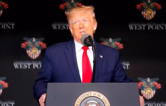 Trump cumple 74 años y niega estar mal físicamente, tras incidente en West Point