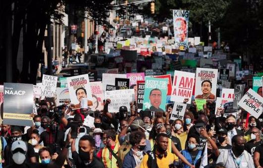 Miles protestan por muerte de afroamericano en EEUU y familia pide justicia