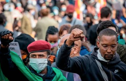 Manifestantes en Francia piden regularizar a los indocumentados