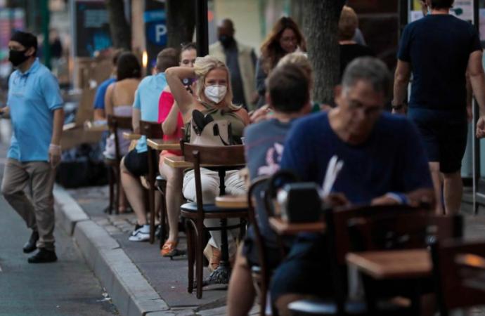 Nueva York evalúa retrasar la reapertura del interior de los restaurantes