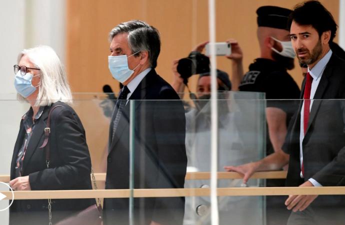 El ex primer ministro francés Fillon, condenado a cinco años por dar un empleo ficticio a su esposa