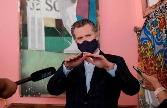 California ordena uso obligatorio de mascarilla en todo momento fuera de casa