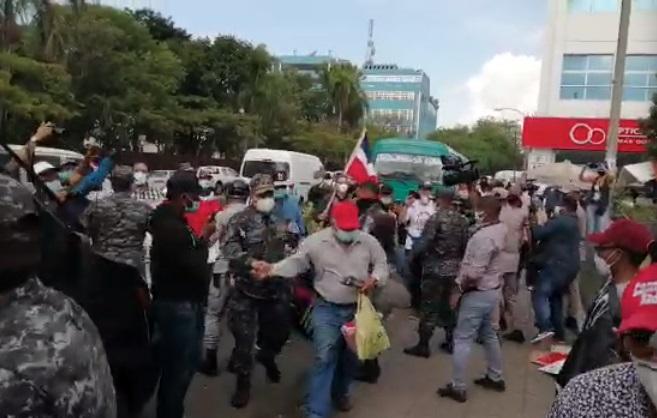 Video: Policía apresa a activistas en protesta contra el racismo mientras grupo antihaitiano vocifera: «Que se vayan para Haití»