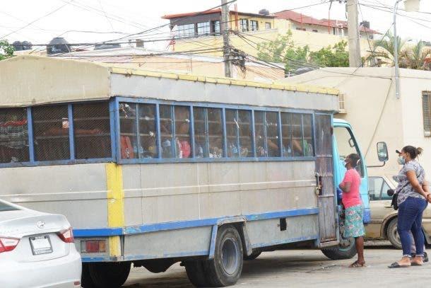 Al menos 62 personas guardan prisión en un autobús donde duermen, comen y hacen sus necesidades