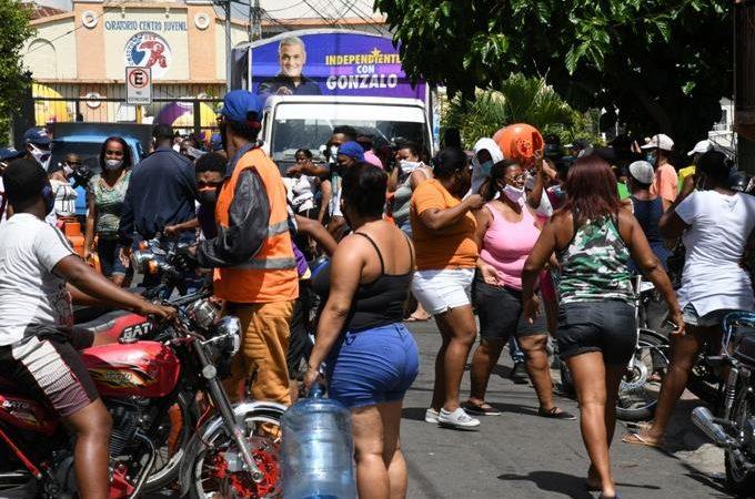 Personas se amontonan para llenar tanques de gas de camiones de Gonzalo Castillo
