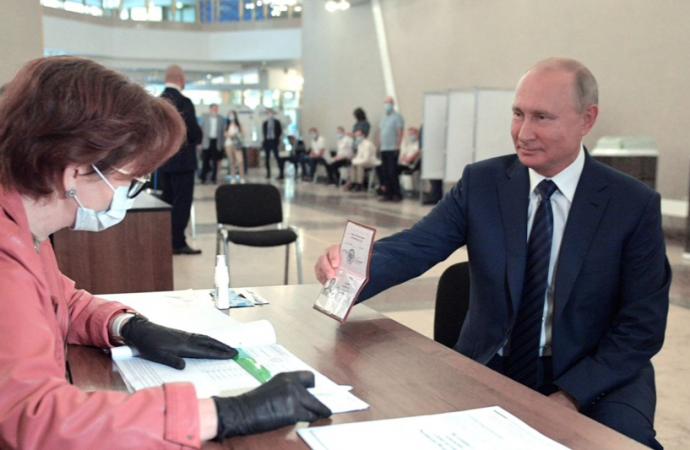 Rusia apoya en las urnas la maniobra de Putin para cambiar la ley y poder permanecer en el poder