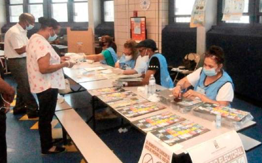 Alta abstención electoral en NY; votantes abandonan filas por tardanza y dislocamientos