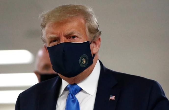 Donald Trump es visto en público con mascarilla por primera vez