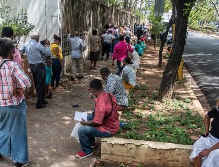 Ciudadanos a espera de resultados de PCR temen por sus trabajos