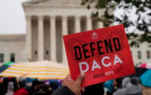 Juez federal ordena que el gobierno de Trump reanude trámites de DACA