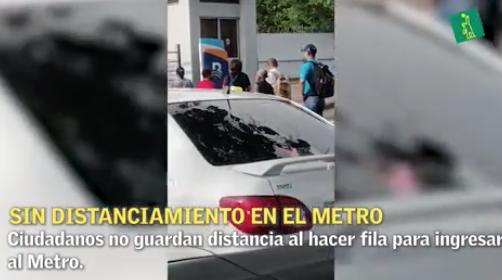 Ciudadanos irrespetan distanciamiento al hacer fila para ingresar al Metro