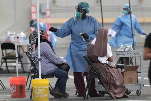La explosión de COVID-19 lleva al límite a médicos y enfermeros en Arizona
