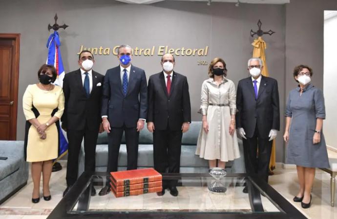 Luis Abinader y Raquel Peña reciben certificados de elección de JCE