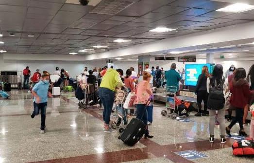 Ministro de Salud Pública reconoce descuido en protocolo para pasajeros en el AILA