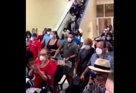 (VIDEO) Estampida en aeropuerto provoca suspensión de pruebas COVID-19