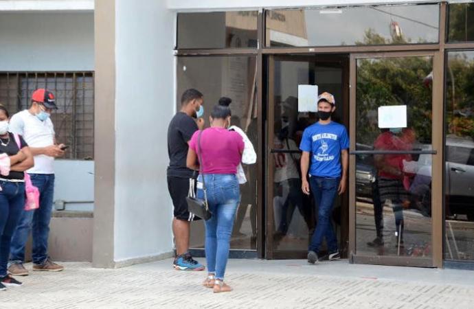 Colegio Médico de Santiago denuncia ingresan pacientes con COVID-19 junto a los demás