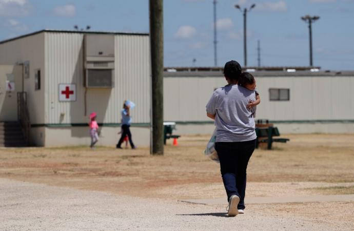ICE no liberará a niños migrantes pese a orden de jueza