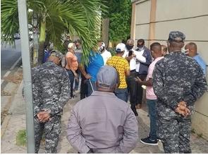 Pensionados de la Policía protestan frente al Palacio Nacional exigiendo pagos adeudados