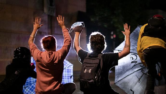 Chocan manifestantes y policías en Portland
