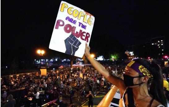 Cientos se congregan para intentar ahogar discurso de Trump