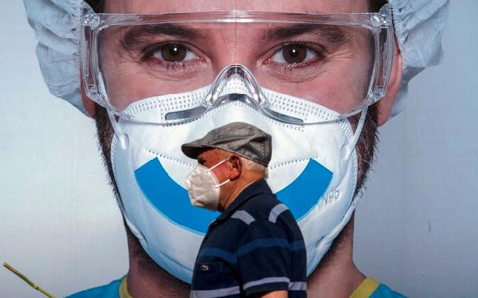 ¿Podría una mascarilla servir como una 'vacuna' contra el COVID-19? Expertos sugieren una nueva teoría