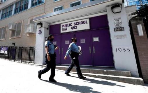 Escuelas de Nueva York retiran su confianza al alcalde por manejo de pandemia