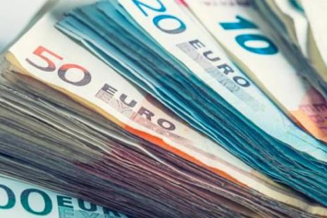 Mujer hereda apartamento y encuentra una maleta con medio millón de euros en el sótano