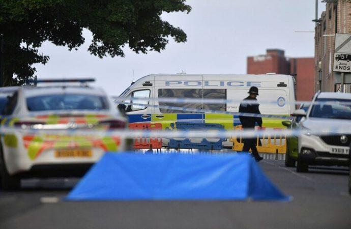 Inglaterra: un hombre murió y siete personas resultaron heridas luego que fueran apuñaladas