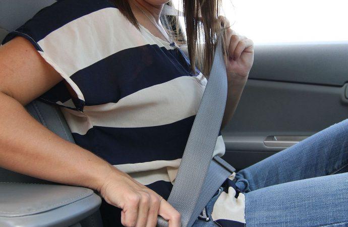 Pasajeros NY deberán ponerse cinturón en asiento trasero vehículo