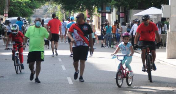 En RD abren bares y restaurantes, mientras niños siguen fuera de escuelas