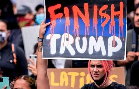 """Campaña nacional """"Fuera Trump"""" sale a las calles de Miami por el voto latino"""